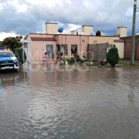 Vecinos de Valle Dorado fueron auxiliados por Fuerte lluvia en San Juan del Río