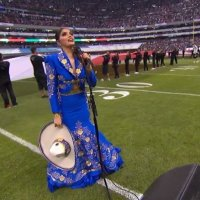 Ana Bárbara se equivoca durante Himno Nacional en juego de NFL